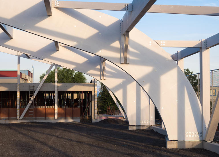 gebogene Binder Holzbau Konstruktion Tennishalle Industriestraße