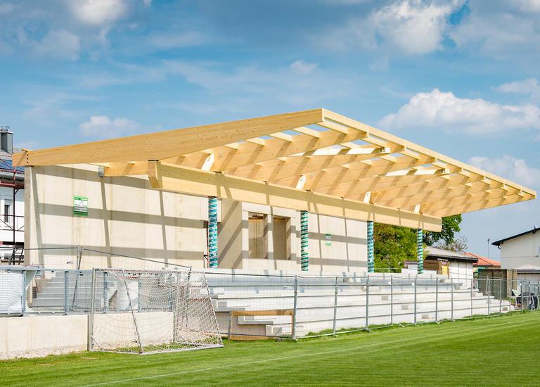 Zuschauertribüne Sportplatz Siegendorf Frontansicht mit Rasen