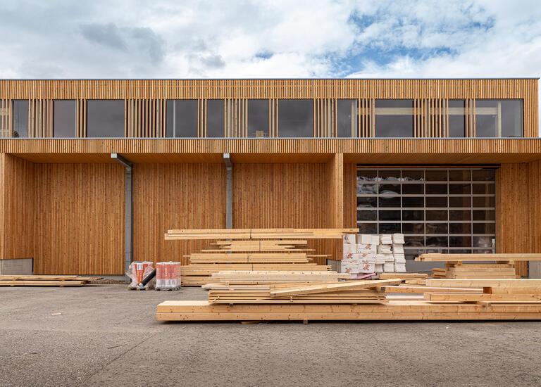 Mit Holz verkleidete zweite Produktionshalle von Gollubits Frontansicht