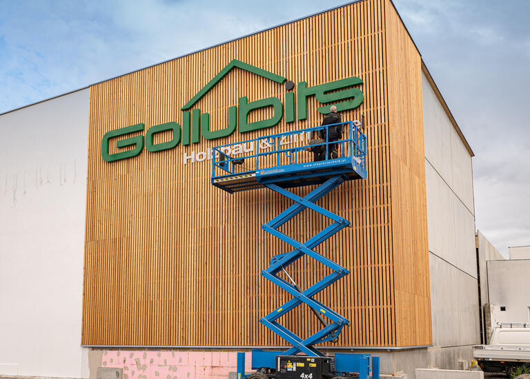 Produktionsansicht Straßenansicht mit Gollubits Logo in LED