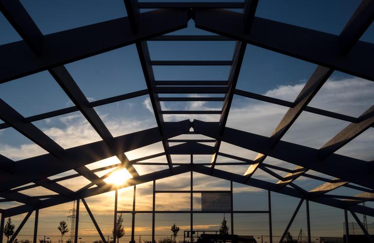 Tennishalle Eisenstadt Holzbau Konstruktion in der Dämmerung