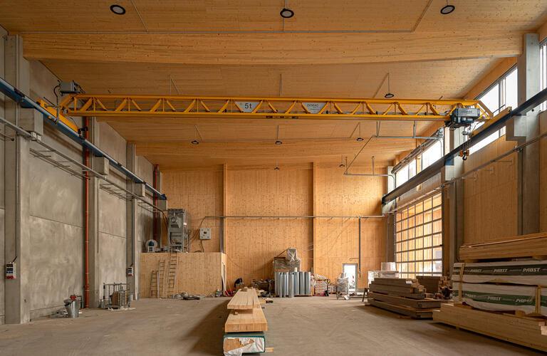 mit Holz verschalte Produktionshalle von innen