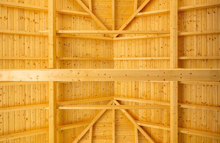 Holzgiebeldach Konstruktion der überdachten Freifläche Feuerwehrwache Groißenbrunn